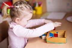 Χαριτωμένο παιχνίδι μικρών κοριτσιών με τις ομάδες δεδομένων Στοκ Εικόνα