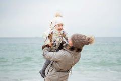 Χαριτωμένο παιχνίδι μικρών κοριτσιών στην αμμώδη παραλία Ευτυχής φθορά παιδιών Στοκ φωτογραφία με δικαίωμα ελεύθερης χρήσης