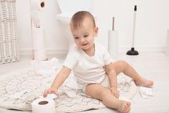 Χαριτωμένο παιχνίδι μικρών παιδιών με το χαρτί τουαλέτας στοκ φωτογραφία με δικαίωμα ελεύθερης χρήσης