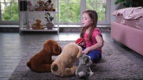 Χαριτωμένο παιχνίδι παιδιών με τα teddy κουτάβια στο βρεφικό σταθμό φιλμ μικρού μήκους
