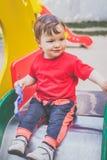 Χαριτωμένο παιχνίδι παιδιών στην παιδική χαρά στοκ εικόνα με δικαίωμα ελεύθερης χρήσης