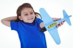 Χαριτωμένο παιχνίδι κοριτσιών με το αεροπλάνο Στοκ Φωτογραφία