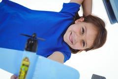 Χαριτωμένο παιχνίδι κοριτσιών με το αεροπλάνο Στοκ φωτογραφίες με δικαίωμα ελεύθερης χρήσης