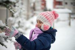 Χαριτωμένο παιχνίδι κοριτσιών με το χιόνι στοκ φωτογραφίες