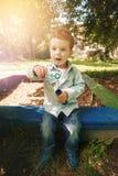 Χαριτωμένο παιχνίδι μικρών παιδιών στην παιδική χαρά Στοκ Φωτογραφία