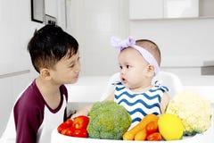 Χαριτωμένο παιχνίδι μωρών με τον αδελφό της Στοκ φωτογραφία με δικαίωμα ελεύθερης χρήσης