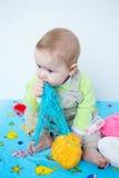 Χαριτωμένο παιχνίδι μωρών με το πλέξιμο Στοκ Εικόνα