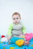 Χαριτωμένο παιχνίδι μωρών με το πλέξιμο Στοκ εικόνα με δικαίωμα ελεύθερης χρήσης