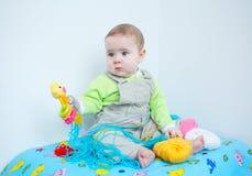 Χαριτωμένο παιχνίδι μωρών με το πλέξιμο Στοκ Φωτογραφία