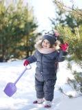 Χαριτωμένο παιχνίδι μωρών στη χειμερινή ημέρα Στοκ Εικόνα