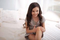 Χαριτωμένο παιδί που εφαρμόζει την ενίσχυση ζωνών στην πληγή στο σπίτι στοκ εικόνες