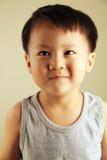 Χαριτωμένο παιδί που κοιτάζει στην πλευρά στοκ εικόνα με δικαίωμα ελεύθερης χρήσης