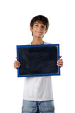 Χαριτωμένο παιδί που κρατά τον κενό πίνακα Στοκ εικόνα με δικαίωμα ελεύθερης χρήσης
