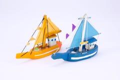 Χαριτωμένο παλαιό ξύλινο μπλε και πορτοκαλί αλιευτικό σκάφος που απομονώνεται Στοκ εικόνες με δικαίωμα ελεύθερης χρήσης