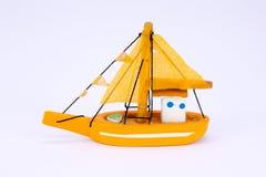 Χαριτωμένο παλαιό ξύλινο πορτοκαλί αλιευτικό σκάφος που απομονώνεται Στοκ Φωτογραφίες
