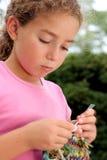 χαριτωμένο πλέξιμο κοριτσ στοκ εικόνες με δικαίωμα ελεύθερης χρήσης