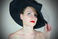 χαριτωμένο πορτρέτο καπέλων κοριτσιών αναδρομικό Στοκ Φωτογραφίες