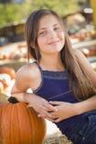 Χαριτωμένο πορτρέτο κοριτσιών Preteen στο μπάλωμα κολοκύθας Στοκ Φωτογραφία