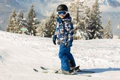 Χαριτωμένο προσχολικό παιδί, αγόρι, που κάνει σκι ευτυχώς σε αυστριακό Apls Στοκ Εικόνες