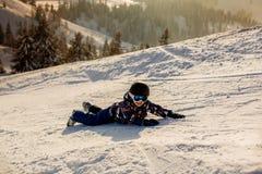 Χαριτωμένο προσχολικό παιδί, αγόρι, που κάνει σκι ευτυχώς σε αυστριακό Apls Στοκ φωτογραφία με δικαίωμα ελεύθερης χρήσης