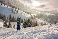 Χαριτωμένο προσχολικό παιδί, αγόρι, που κάνει σκι ευτυχώς σε αυστριακό Apls Στοκ φωτογραφίες με δικαίωμα ελεύθερης χρήσης