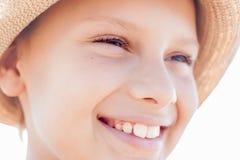 Χαριτωμένο πρόσωπο χαμόγελου παιδιών ευτυχές στοκ φωτογραφία με δικαίωμα ελεύθερης χρήσης