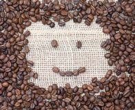 Χαριτωμένο πρόσωπο smiley που γίνεται από τα φασόλια καφέ, εύθυμη καλημέρα μ Στοκ εικόνες με δικαίωμα ελεύθερης χρήσης