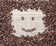 Χαριτωμένο πρόσωπο smiley που γίνεται από τα φασόλια καφέ, εύθυμη καλημέρα μ Στοκ Εικόνες