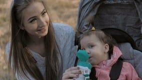 Χαριτωμένο πόσιμο νερό μικρών κοριτσιών από το μπουκάλι απόθεμα βίντεο
