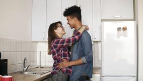 Χαριτωμένο ρομαντικό ζεύγος που χορεύει σε μια comfy άνετη κουζίνα, που απολαμβάνει να ζήσει μαζί, νεολαία Υποχρέωση, στόχοι σχέσ απόθεμα βίντεο