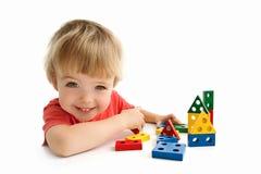 Χαριτωμένο σπίτι οικοδόμησης αγοριών στο λευκό στοκ φωτογραφία