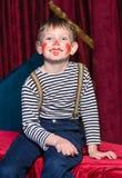 Χαριτωμένο συγκινημένο μικρό παιδί στο κωμικό κόκκινο makeup Στοκ φωτογραφία με δικαίωμα ελεύθερης χρήσης