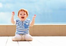 Χαριτωμένο συγκινημένο μωρό μικρών παιδιών που έχει τη διασκέδαση Στοκ εικόνες με δικαίωμα ελεύθερης χρήσης