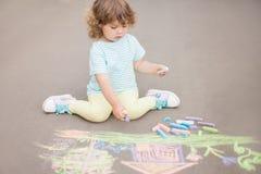 Χαριτωμένο σχέδιο κοριτσιών μικρών παιδιών με το κομμάτι της κιμωλίας χρώματος Στοκ εικόνες με δικαίωμα ελεύθερης χρήσης