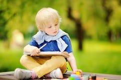 Χαριτωμένο σχέδιο μικρών παιδιών με τα ζωηρόχρωμα χρώματα στο πάρκο πτώσης Στοκ Φωτογραφίες