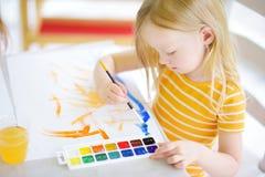 Χαριτωμένο σχέδιο μικρών κοριτσιών με τα ζωηρόχρωμα χρώματα σε μια φύλαξη Στοκ φωτογραφίες με δικαίωμα ελεύθερης χρήσης