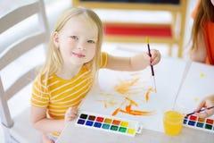 Χαριτωμένο σχέδιο μικρών κοριτσιών με τα ζωηρόχρωμα χρώματα σε μια φύλαξη Στοκ Φωτογραφία