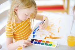 Χαριτωμένο σχέδιο μικρών κοριτσιών με τα ζωηρόχρωμα χρώματα σε μια φύλαξη Δημιουργική ζωγραφική παιδιών στο σχολείο Στοκ Φωτογραφία