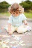 Χαριτωμένο σχέδιο μικρών κοριτσιών με την κιμωλία χρώματος Στοκ Εικόνες