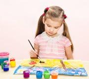 Χαριτωμένο σχέδιο μικρών κοριτσιών με το χρώμα και το πινέλο Στοκ εικόνα με δικαίωμα ελεύθερης χρήσης