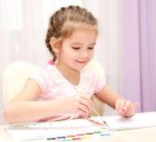 Χαριτωμένο σχέδιο μικρών κοριτσιών χαμόγελου με το χρώμα Στοκ Φωτογραφίες