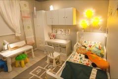 988e8f8818d Χαριτωμένο σύγχρονο δωμάτιο παιδιών ` s στο μεγάλο κατάστημα της IKEA με το  κρεβάτι, παιχνίδια