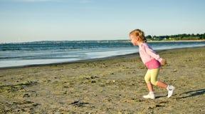 Χαριτωμένο τρέξιμο μικρών κοριτσιών Στοκ Φωτογραφίες