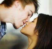 χαριτωμένο φιλί ρομαντικό Στοκ Φωτογραφίες