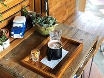 Χαριτωμένο φλυτζάνι τέχνης προσώπου σκυλιών latte στον ξύλινο πίνακα το πρωί, χρόνος καφέ με σας, εραστής καφέ κόκκινος τρύγος ύφ Στοκ φωτογραφία με δικαίωμα ελεύθερης χρήσης