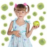 χαριτωμένο φρέσκο κορίτσι μήλων λίγα Στοκ φωτογραφία με δικαίωμα ελεύθερης χρήσης