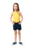 Χαριτωμένο χαμογελώντας μικρό κορίτσι που απομονώνεται στο άσπρο υπόβαθρο Στοκ Εικόνες
