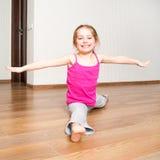 Μικρό κορίτσι που συμμετέχεται στην ικανότητα στοκ εικόνες