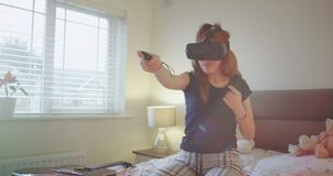 Χαριτωμένο χαρισματικό νέο κορίτσι εφήβων που παίζει με τα γυαλιά μιας εικονικής πραγματικότητας στη διασκέδαση κρεβατοκάμαρών τη απόθεμα βίντεο