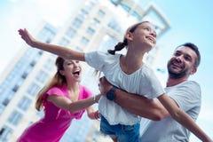 Χαριτωμένο χαρούμενο όμορφο κορίτσι που προσποιείται να πετάξει στοκ φωτογραφίες με δικαίωμα ελεύθερης χρήσης